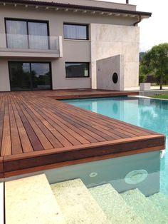 In questa bellissima piscina panoramica è stato usato un legno prezioso quale l'Ipe Lapacho by Déco. Questa essenza proviene dal sud America ed usato proprio per la sua resistenza e stabilità; è inoltre bellissimo da vedere e ha un colore rossastro caldo ed avvolgente. E' ideale per coprire le superfici a bordo piscina, ma anche per rivestire terrazzi e giardini. #Decking #déco #ipelapacho #outdoorliving #outdoordeco #architecture #exteriordesign #landscape #decodecking