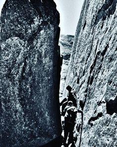 Os caminhos do justo são estreitos. #abussolaquebrada #climbing #trekking #escalada #viagem #trip #travel #parquenacionaldeitatiaia #viajar #instagram #tvminuto #ilovephoto #bnw #bnw_planet #blackandwhite #pretoebranco #brazil #blackandwhitephoto #bold