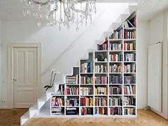 ¿Qué te parece esta biblioteca en el hueco de la escalera? - Puedes ver más ideas en el siguiente artículo: www.estiloydeco.com/una-libreria-en-la-escalera/