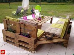 Terrasse meublée avec canapés et table haute