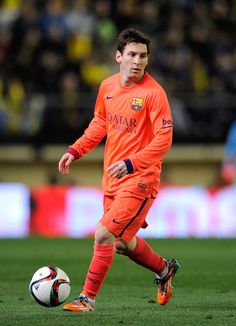 Lionel Messi of FC Barcelona looks to make a pass during the Copa del Rey Semi-Final, Second Leg match between Villarreal CF and Barcelona at El Madrigal stadium on March 4, 2015 in Villarreal, Spain.