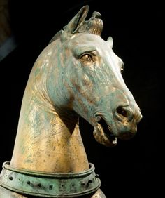 The horses are cast in almost pure copper to make it easier to gild them with mercury gilding. The surface shows many scratches, this seems to have been intentional to soften the glare on the most reflective spots - Hippodrome Horses of Constantinople
