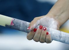La suiza Angelica Moser se prepara para la calificación de salto con pértiga.