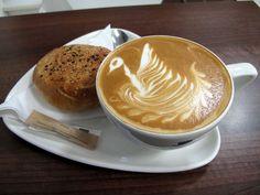Latte dan seninya. Latte bisa ditandai dari foam-nya yang tipis. (Foto oleh Duncan C).