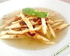 Kohlenhydratarme Flädlesuppe (Pfannkuchen-Suppe). Die Pfannkuchen sind mit Haferkleie, Ei und Milch zubereitet. Eine kräftige Rinder- oder Gemüsebrühe dazu und genießen ... #lowcarb Mehr Low Carb Suppen Rezepte auf http://www.lebelowcarb.de/low-carb-rezepte-fuer-suppen.html