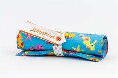 Die Stifterolle-Seepferd bietet Platz für 12 Buntstifte und hat zusätzlich noch zwei weitere Fächer für Linial, Schere, Bleistifte usw.