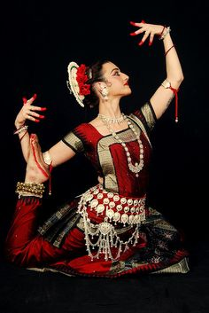Odissi Dance (classical indian dance) this costume! so awesome Shall We Dance, Just Dance, Bollywood, Art Indien, Indiana, Isadora Duncan, Indian Classical Dance, Belly Dancing Classes, Exotic Dance