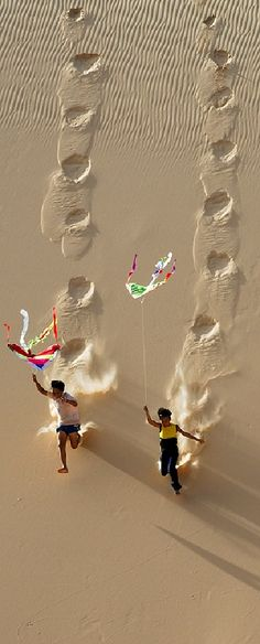 Kite flying on Hoa Thang sand dune in Binh Thuan, Vietnam photo: LyLong on TrekEarth Go Fly A Kite, Kite Flying, Flying Birds, Amazing Photography, Art Photography, Aerial Photography, Landscape Photography, Foto Poster, We Are The World