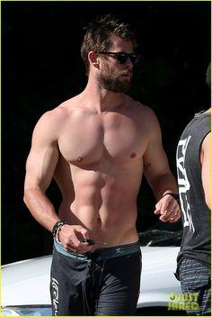 Chris Hemsworth  http://www.99wtf.net/trends/jackets-urban-fashion-men/