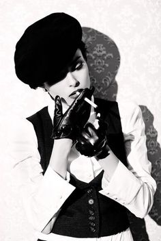 Why does smoking look so good on photos? People Smoking, Smoking Ladies, Girl Smoking, Estilo Dandy, Women Smoking Cigarettes, Teddy Girl, Justine, Flappers, Black N White