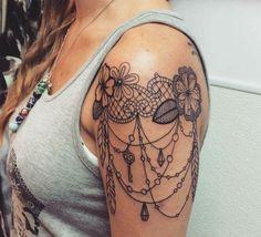 tatouage bras femme, tatouage épaule, fleurs et pendentifs, clés et diamants