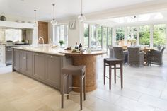 This Luxury Bespoke Kitchen in Hadley Wood is a stunning example of the traditional joinery techniques and workmanship by Humphrey Munson. Open Plan Kitchen Diner, Kitchen Island With Seating, Kitchen Islands, Bespoke Kitchens, Luxury Kitchens, Living Room Kitchen, New Kitchen, Apartment Therapy, Kitchen Interior