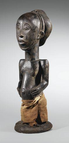 STATUE D'ANCÊTRE, NIEMBO DU SUD, HEMBA, RÉPUBLIQUE DÉMOCRATIQUE DU CONGO HEMBA ANCESTOR FIGURE, SOUTHERN NIEMBO, DEMOCRATIC REPUBLIC OF THE CONGO haut. 68 cm 26 3/4 in Estimate  120,000 — 180,000 EUR  LOT SOLD. 121,500 EUR