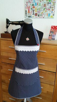 Diese Schürze ist der optimale Schutz vor Fettflecken und gleichzeitig ein Hinqucker für alle Gäste. Mit dieser Schürze macht Kochen Spaß. Sie ist einfach ein Hinqucker und ein toller... Clothing Patterns, Sewing Patterns, Cute Aprons, Sewing Aprons, Aprons Vintage, Crochet Handbags, Fabric Bags, Fabric Manipulation, Vintage Fashion