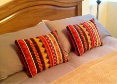 Tapices, telares y cojines elaborados con lanas naturales del sur de Chile... diseños exclusivos y contemporáneos que aportan elegancia y calidez a tus ambientes. Tapestry Loom, Textiles, Loom Weaving, Needlepoint, Pillow Covers, Diy And Crafts, Cross Stitch, Throw Pillows, Wool