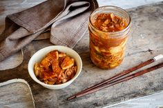 Kimchi is a spicy Korean side dish served in a variety of dishes. Read more about the health benefits of kimchi like improved immune function and heart health. Best Probiotic, Probiotic Foods, Fermented Foods, Korean Side Dishes, Kombucha, Benefits Of Kimchi, Health Benefits, Fermented Cabbage, Recipes