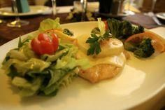 Piept de pui cu cașcaval, ananas, brocoli și salată verde Restaurant, Chicken, Meat, Food, Green, Diner Restaurant, Essen, Restaurants, Yemek