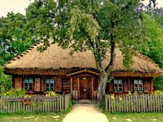 W podlaskim klimacie .... Thatched Roof, Arte Popular, Cabins In The Woods, Cottage Homes, Log Homes, Traditional House, Country Life, Exterior Design, Houses