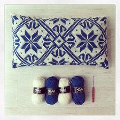Cro crochet, Tapestry crochet pillow by Spanish garnstudio. Crochet Home, Love Crochet, Beautiful Crochet, Crochet Crafts, Crochet Yarn, Crochet Stitches, Crochet Projects, Crochet Cushions, Crochet Pillow