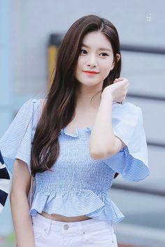 (5) wang yireon pics (@yireonarchive)   Twitter Kpop Girl Groups, Korean Girl Groups, Kpop Girls, Hangzhou, Korean Beauty, Asian Beauty, Daily Fashion, Girl Fashion, Beautiful Chinese Girl
