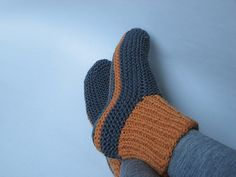 Knit Slippers One Size Pattern Crochet, Carving, Patterns. Knit Slippers One Size Pattern Knit Slippers Free Pattern, Crochet Socks, Knit Or Crochet, Knitting Socks, Hand Knitting, Knit Socks, Knitted Booties, Knitted Slippers, Slipper Socks