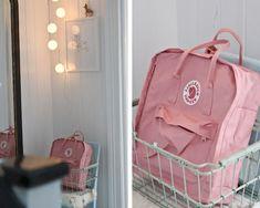 mochila kanken rosa Mochila Kanken, Mochila Jansport, Christmas Gifts For Mom, Everything Pink, Cute Bags, School Backpacks, Pink Aesthetic, Handbags Michael Kors, Travel Bags
