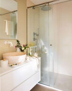 En el baño Mueble, de Mapini y grifería de Zuchetti. Espejo, diseño de Vivestudio.