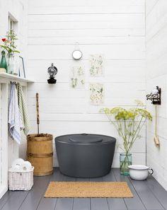 Kekkilä Kompostoiva kuivikekäymälä 100 l Outdoor Toilet, Swedish Cottage, Barrel Ceiling, Pot Rack Hanging, Summer Cabins, Minimalist Garden, Composting Toilet, Modern Garden Design, Cottage Interiors