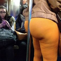 How To Hold a Pole on Subway with Your Butt - Skin Tight Yellow Leggings Fail ---- best hilarious jokes funny pictures walmart humor fail Nude Leggings, Yellow Leggings, Leggings Are Not Pants, Wtf Funny, Funny Fails, Funny Jokes, Funny Pix, Funny Photos, Walmart Humor