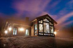 Kvitfjell - Spektakulær stavlafthytte med særdeles høy standard, fantastisk utsikt og gode solforhold. Ski-inn og -ut. | FINN.no Modern Lodge, Modern Rustic, Winter Lodge, Architectural Design Studio, Mountain Cottage, Lodge Style, Home Technology, Cabin Interiors, Future House