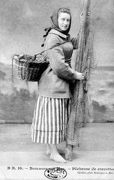 Boulogne-sur-Mer Vintage Photographs, Vintage Photos, Art Populaire, Old Photography, Vintage Baskets, Fishing Tools, Calais, Vintage Girls, Dragon Age