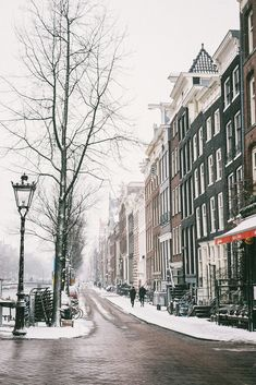 Amsterdam is such a bautiful city when it's covered with snow. I hope this year there will be a lot of snow and canal freeze. After few days of temperatures below 0 canals freeze and you can skate all around Amsterdam :) Amsterdam Winter, Living In Amsterdam, Amsterdam Christmas, Amsterdam City Guide, Amsterdam Travel, New Travel, Winter Travel, Amsterdam Wallpaper, Christmas Destinations