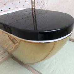 Miska WC z funkcją bidetu to idealne rozwiązanie dla osób, które chcą zadbać o lepszą higienę miejsc intymnych 👍. Toaleta WC z wbudowaną dyszą bidetu zapewnia strumień ciepłej, czystej wody 💦. Takie urządzenie to znakomita propozycja do małych łazienek🙂.  #łazienka #bathroom #miskawc #bidet #toaleta #aquaduo #mieszkanie #dom design Dom