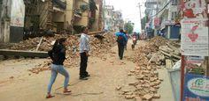 In der 700.000-Einwohner-Stadt Kathmandu stürzten zahlreiche Gebäude ein, aufgebrochene Straßen brachten den Verkehr zum Erliegen, die Bewohner flüchteten auf die Straßen. Nepals einziger internationaler Flughafen wurde gesperrt. Laut CNN löste das Beben in der Mount Everest-Region eine Lawine aus. Es soll sich um das schlimmste Erdbeben in Nepal seit 80 Jahren handeln.