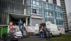 Bewoners van de Vluchtgarage verhuizen hun spullen eerder dit jaar. Vluchtelingen woonden daar tot het gerechtshof in Amsterdam bepaalde dat de gekraakte parkeergarage mocht worden ontruimd.