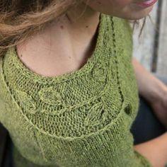 レースと縄編みを組み合わせがユニークな三日月形ショール。 トップダウン式にガーター編みの本体をシンプルに編んだあと、縁を横向きに編みつけていきます。ドレープがきれいに出て、肩のラインに寄り添います。