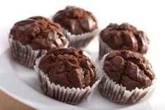 Weight Watchers Chocolate Cupcakes - 3 ingredients, 1 box of devil's food cake mix, 1 15 oz can of pumpkin puree and cup water. About 3 ww points per cupcake. (I think I'd add some dark chocolate chips! Ww Desserts, Weight Watchers Desserts, Weight Watchers Muffins, Healthy Desserts, Delicious Desserts, Yummy Food, Healthy Meals, Healthy Recipes, Sweets
