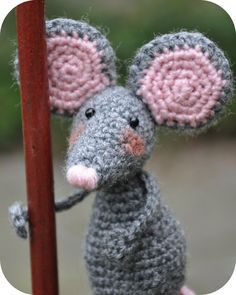Free Pattern; Crochet; Amigurumi mouse - translate upper right corner of screen... so cute!!!