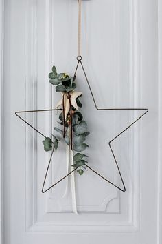 DIY: 12 modern and minimalist Christmas wreaths to make yourself at home . - DIY: 12 modern and minimalist Christmas wreaths to make yourself at home . Christmas Decorations 2015, Christmas Wreaths To Make, Simple Christmas, Winter Christmas, Christmas Crafts, Danish Christmas, Beautiful Christmas, Hygge Christmas, Contemporary Christmas Decorations