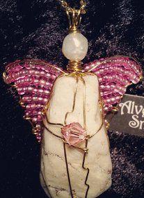Massevis av rosa energier i dette englesmykke laget av vakker hvit skatt funnet nedi stranda, messing, swarovskiperle, glassperler og ferskvannsperle. Engelen er 5cm