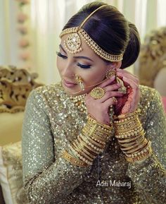 61 Fabulous Bridal Poses For The Stunning Bride-to-be Wedding Jewellery Designs, Indian Wedding Jewelry, Indian Bridal, Bridal Jewelry, Indian Jewelry, Gold Jewellery, Bridal Accessories, Jewellery Photo, Bridal Bangles