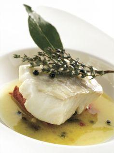 Recette cabillaud au beurre d'isigny demi-sel et tomates confites par La : Crédit photographique : Isigny Ste Mère.Ingrédients : baie rose, cabillaud, citron