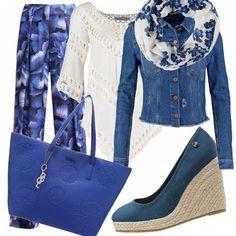 Pantalone a zampa di elefante con stampa a fiori blu, tunica bianca con frange, giubbino e zeppe di jeans, scaldacollo con stampa floreale, borsa blu.