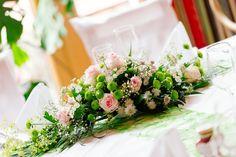 Blumengestecke selber machen für die Tischdeko. Lange, runde oder ovale Tischgestecke mit Hilfe von Steckmasse-Unterlagen in Kunststoffschalen kostengünstig selber machen.