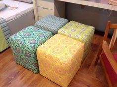 קובית צבעונית, הדומים המשמשים ספסל, שולחן, שרפרף ופשוט אביזר שמוסיף צבע לחיים