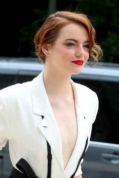 Emma Stone just seems like one cool chick. I love her acting, her wit, and her hair. Emma's style is as memorable as the Jennifer Lopez, Jennifer Garner, Actress Emma Stone, Estelle Lefébure, Leila, Emily Ratajkowski, Emily Osment, Actrices Hollywood, Monica Bellucci