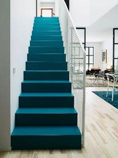 Une fois l'escalier peint c'est un vent nouveau qui souffle sur la déco de l'entrée de la maison ! Adieu bois usé, marches grinçantes, place à la couleur et à la mise en beauté. Des idées déco et photos pour découvrir comment la peinture escalier peut transformer le vôtre qui a besoin d'être repeint