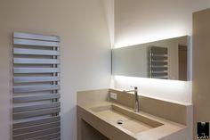 Une lumière diffuse au niveau du miroir de la salle de bain pour un éclairage approprié à l'utilisation de la pièce. http://www.jeuxdelumiere.fr