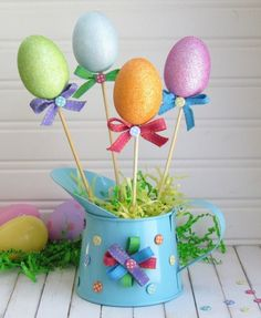 idée déco de table pour Pâques avec oeufs multicolores
