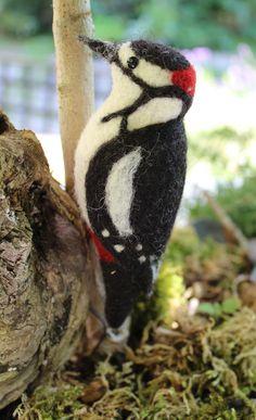 Amazed at how lifelike it is. Fabric Birds, Felt Fabric, Needle Felted Animals, Felt Animals, Wet Felting, Needle Felting, Pic Épeiche, Bird Free, Felt Birds